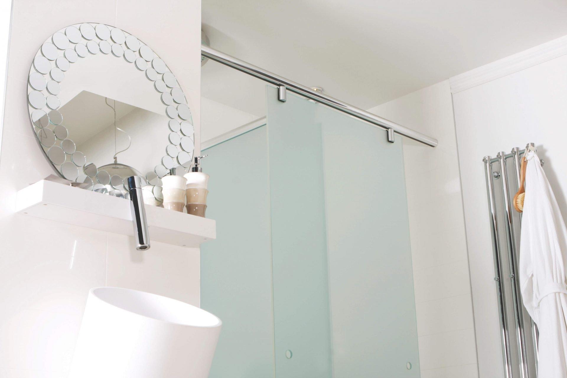 Une salle de bain féminine avec des moulures et du papier peint